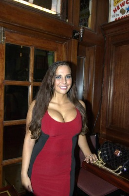 """<a href=""""http://www.nydailynews.com/news/election/sydney-leathers-attempts-crash-anthony-weiner-election-party-article-1.1451641"""">nydailynews.com</a>"""