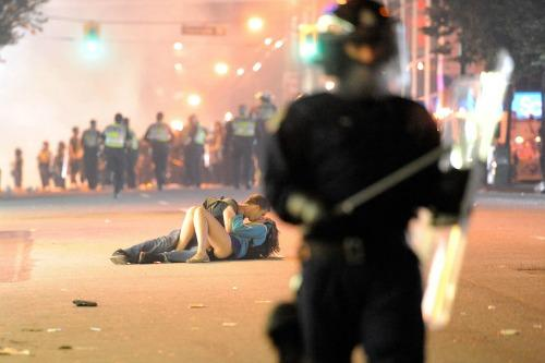 "<a href=""http://www.theguardian.com/world/2011/jun/17/vancouver-riot-kiss-photograph-mystery"">theguardian.com</a>"