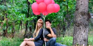 couple with ballons.