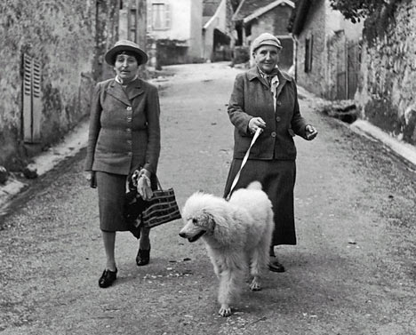 """<a href=""""http://thisrecording.com/today/2011/11/22/in-which-gertrude-stein-and-alice-b-toklas-cuddle-to-keep-wa.html"""">thisrecording.com</a>"""