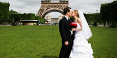 bride and groom eiffel tower