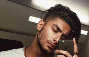 5 Things The Most Attractive Men Always Do When Taking A Selfie