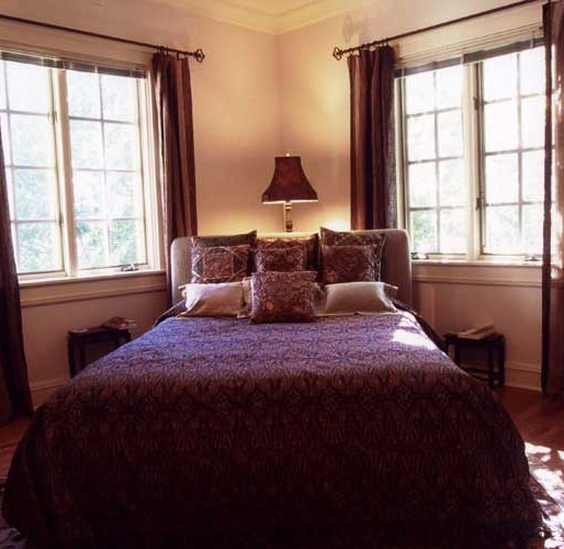 This photo illustrates another way to place a bed between windows