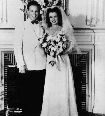 "<a href=""http://classichollywoodcentral.com/wp-content/uploads/2012/01/On-her-wedding-day-with-Jim-Dougherty.jpg"" target=""_blank"">classichollywoodcentral.com</a>"
