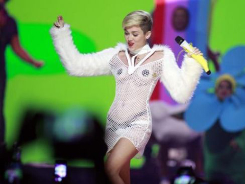 "<a href=""http://img.news.sina.com/entertainment/p/2013/1226/U158P5029T2D658524F24DT20131227095628.jpg""/>Miley Cyrus</a>"