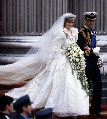 "<a href=""http://arabiaweddings.wordpress.com/2012/01/29/princess-dianas-wedding-gown-is-the-centerpiece-of-an-exhibitat-at-mall-of-america/"">arabiaweddings.wordpress.com</a>"