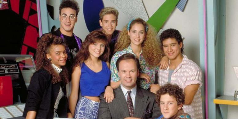 Saved By The Bell Cast: Lisa Turtle (Lark Voorhees), Kelly Kapowski (Tiffani Amber Thiessen), Zack Morris (Mark Paul Gosselaar), Jessie Spano (Elizabeth Berkley), AC Slater (Mario Lopez), Screech Samuel Powers (Dustin Diamond)