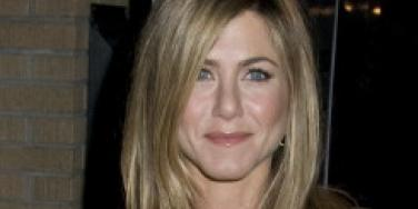 Jennifer Aniston mocks her dating life at awards ceremony