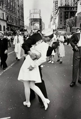 "<a href=""http://www.lomography.com/magazine/news/2013/04/23/eisenstaedts-v-j-day-in-times-square-and-leica-rangefinder-up-for-auction"">lomogrpahy.com</a>"