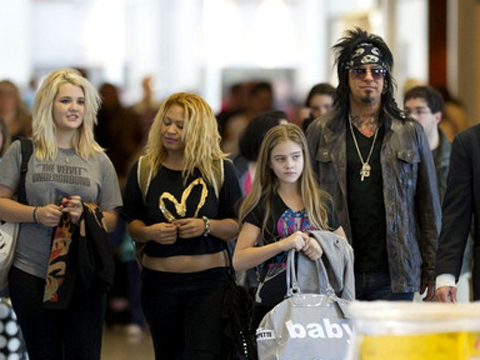 "<a href=""http://www3.pictures.zimbio.com/bg/Nikki+Sixx+Nikki+Sixx+Daughters+LAX+n8nI-AJpR3Al.jpg""/>Nikki Sixx and his daughters, including Storm Brieann Sixx</a>"