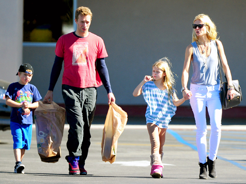 "<a href=""http://blog.chili-tv.it/wp-content/uploads/2013/04/Moses-Chris-Apple-e-Gwyneth-Paltrow.jpg""/>Moses Martin, Chris Martin, Apple Martin & Gwyneth Paltrow</a>"